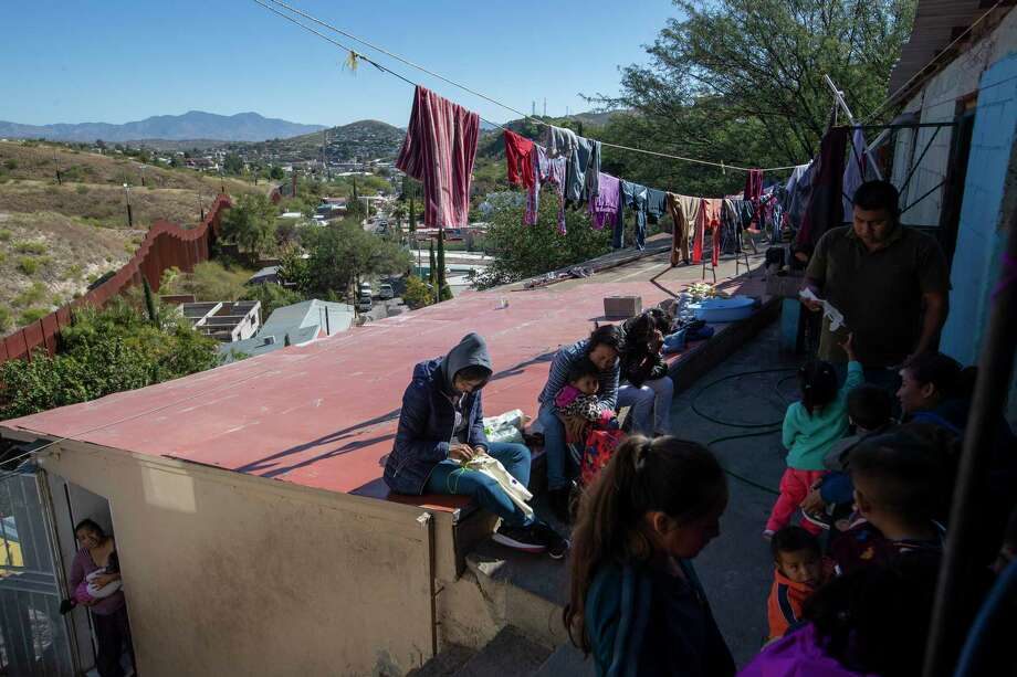En esta imagen del 31 de octubre de 2019, migrantes descansan en el albergue de La Roca en Nogales, Sonora, México, cerca del muro fronterizo con Estados Unidos. Photo: Moises Castillo /Associated Press / Copyright 2019 The Associated Press. All rights reserved