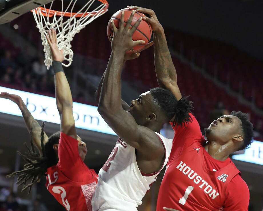De'Vondre Perry, center, of Temple has his shot blocked by Chris Harris, right, of Houston during the 2nd half at the Liacouras Center on Jan 7, 2020. Caleb Mills is left. Photo: CHARLES FOX, Staff Photographer / CHARLES FOX / Staff Photographer / @ Copyright 2020 Philadelphia Media Network