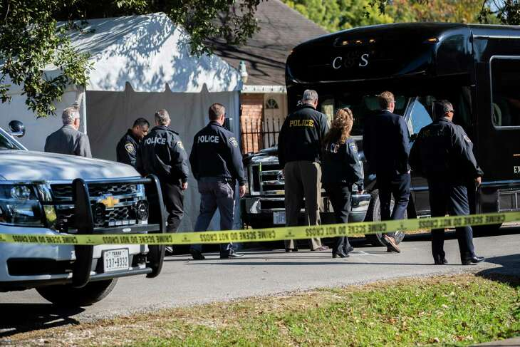 Officers surround a tour van with a grand jury inside after the group visited on Wednesday, Jan. 8, 2020, in Houston the property on 7185 Harding Street where two Houston homeowners were shot to death during a botched drug raid in January 2019.