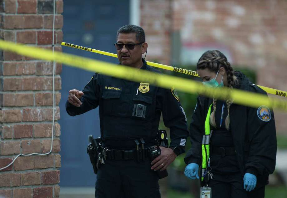 Houston Police Department Crime Scene Unit investigators work on a shooting scene on the 11800 block of Algonquin Drive on Wednesday, Jan. 8, 2020, in Houston. One male died and another was taken to a hospital in unknown condition. Photo: Yi-Chin Lee, Staff Photographer / © 2020 Houston Chronicle