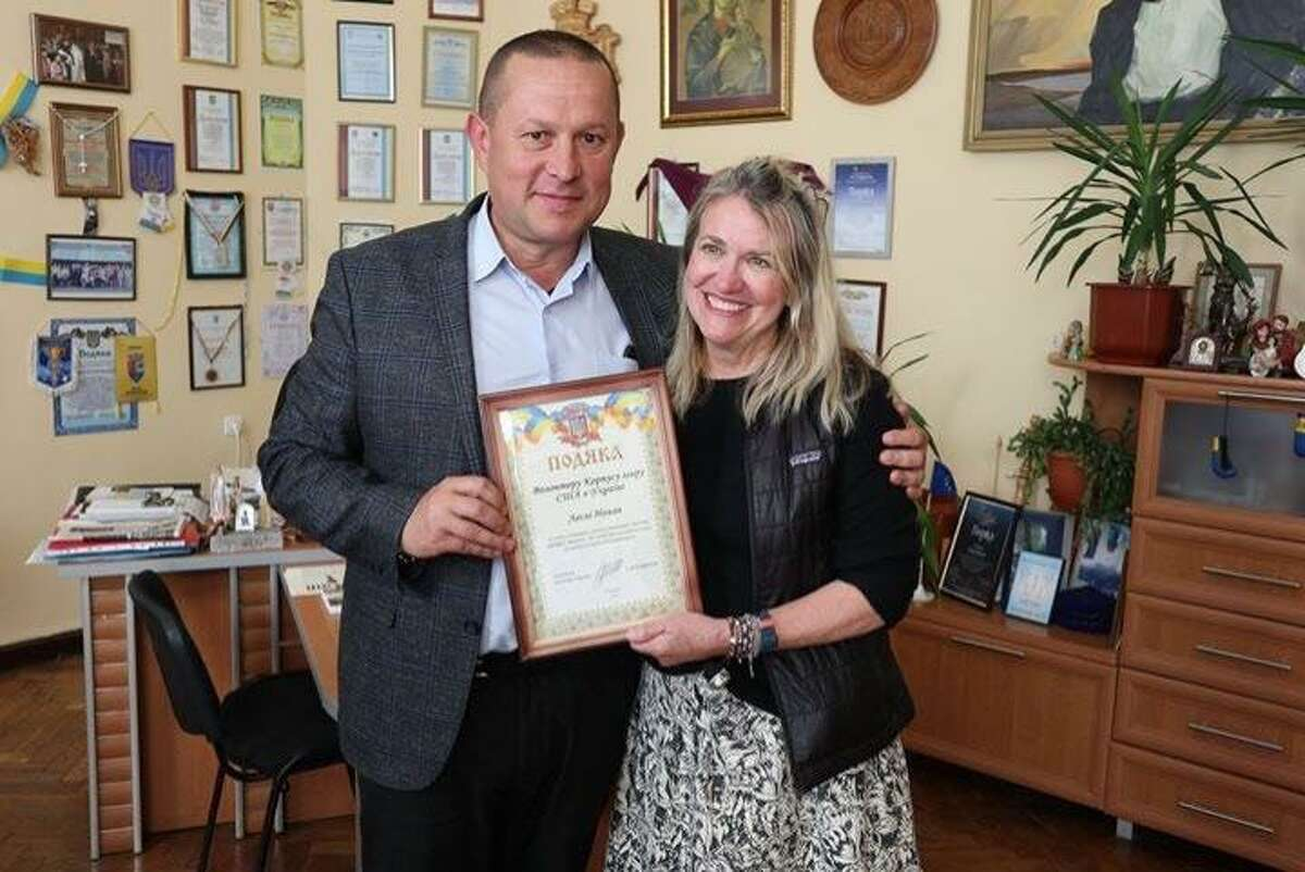 Peace Corps volunteer Leslie Nolan with former Nadvirna Mayor Zinovi Andriyovich, giving her a certificate for helping the city of Nadvirna with its cemetery restoration.