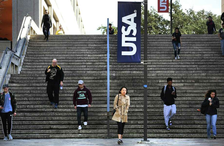 Students on their way to classes at the main UTSA campus on Friday, Feb. 17, 2017. Photo: Bob Owen, Staff / San Antonio Express-News / ©2017 San Antonio Express-News