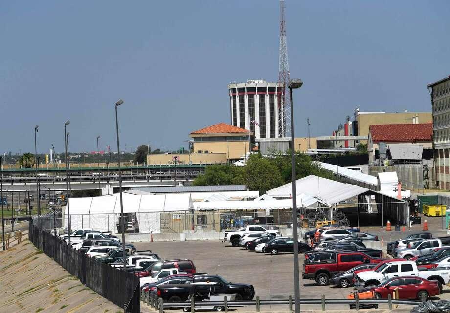 La carpa ubicada cerca de los puentes internacionales en Laredo es el centro de Aduanas y Protección Fronteriza donde se llevan a cabo procesos migratorios de los solicitantes de asilo. Photo: Billy Calzada /Staff Photographer / San Antonio Express-News