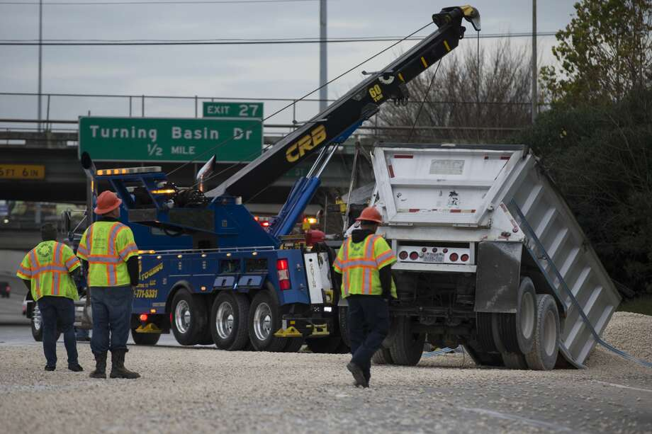 An overturned gravel truck spilled gravel and caused traffic backup on 610 East Loop southbound near Market Street on Thursday, Jan. 9, 2020, in Houston. Photo: Yi-Chin Lee/Staff Photographer