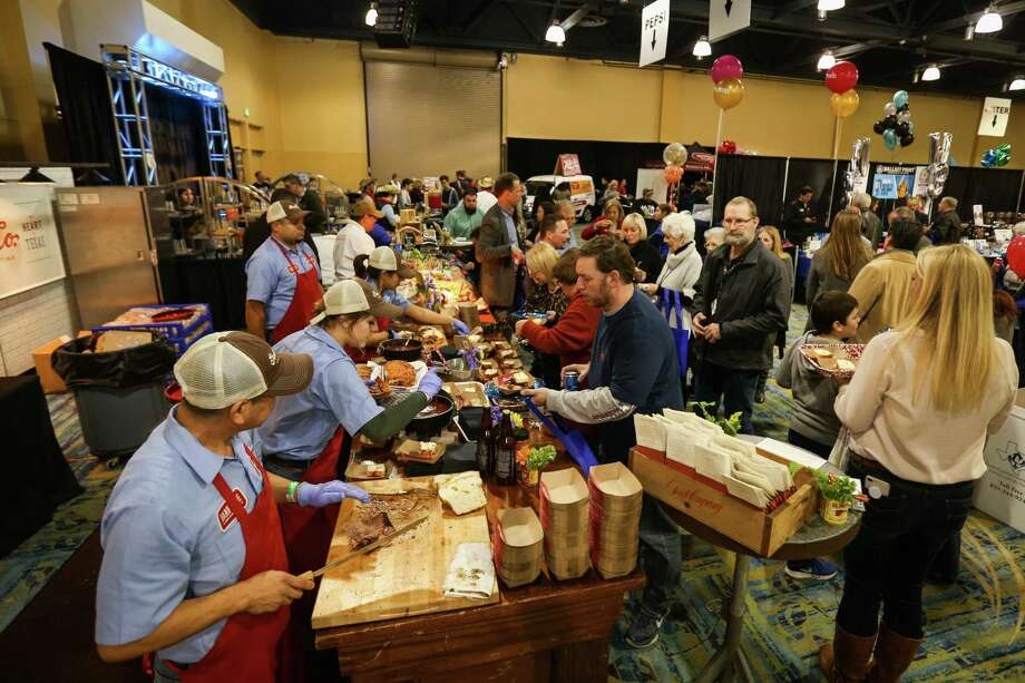Crowds surge by vendors during Taste of the Town on Thursday, Jan. 18, 2018, at The Woodlands Waterway Marriott Hotel & Convention Center. Photo: Michael Minasi, Staff Photographer / Houston Chronicle / © 2017 Houston Chronicle