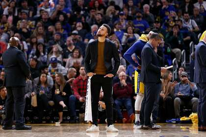 Stephen Curry travels with Warriors for first time since hand injury