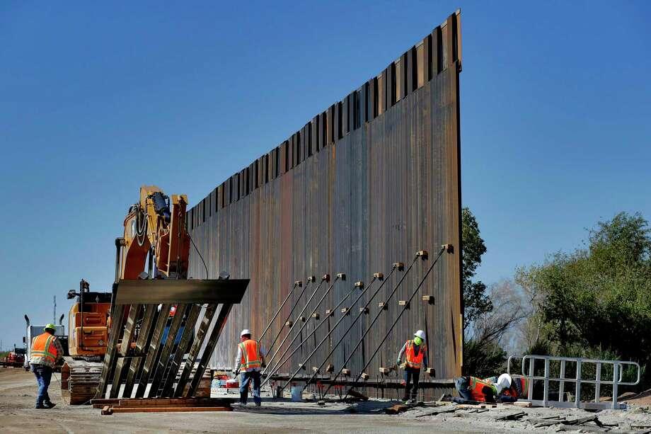 ARCHIVO - En esta foto de archivo del 10 de septiembre de 2019, contratistas del gobierno erigen un tramo del muro fronterizo a lo largo del río Colorado en Yuma, Arizona. Photo: Matt York /Associated Press / Copyright 2019 The Associated Press. All rights reserved
