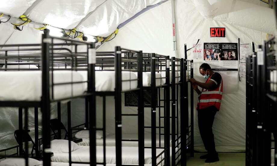 En imagen del 9 de julio de 2019, un empleado trabaja en una zona de literas en el centro de retención de niños migrantes en Carrizo Springs, Texas. Photo: Eric Gay /Associated Press / Copyright 2019 The Associated Press. All rights reserved.