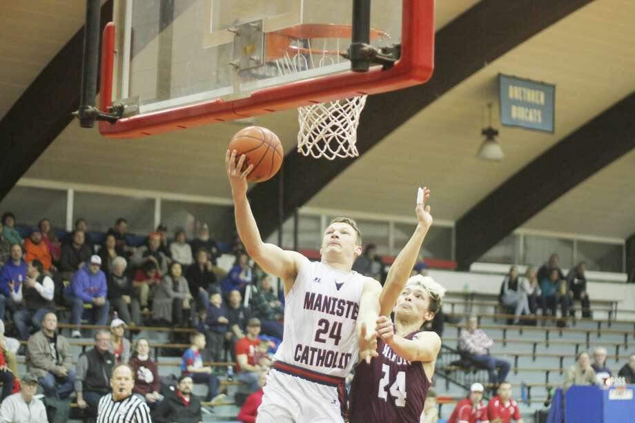Kyle Mikolajczak goes in for a layup during the Sabers' victory over Marion on Thursday. Photo: Kyle Kotecki/News Advocate