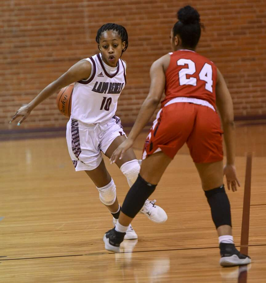 Lee's Destiny Stanford (10) dribbles the ball behind her back as Tascosa's Aubry Johnson (24) guards her Friday, Jan. 10, 2020 at Lee High School. Jacy Lewis/Reporter-Telegram Photo: Jacy Lewis/Reporter-Telegram
