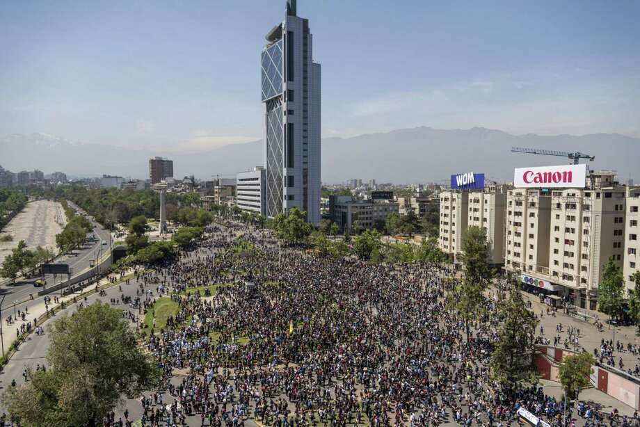 A crowd gathere in the Plaza Italia in Santiago, Chile on Oct. 21, 2019., Photo: Bloomberg Photo By CristobalOlivares. / © 2019 Bloomberg Finance LP