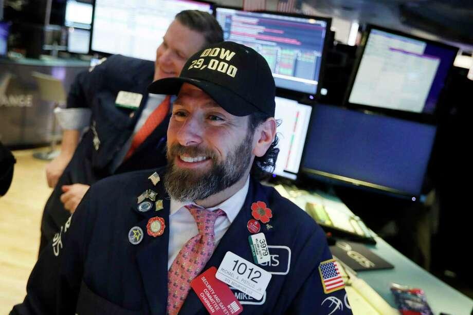"""El especialita Michael Pistillo es fotografiado con una gorra con la leyenda """"Dow 29,000"""" en el piso de la Bolsa de Nueva York, el viernes 10 de enero de 2020. Photo: Richard Drew /Associated Press / Copyright 2019 The Associated Press. All rights reserved"""