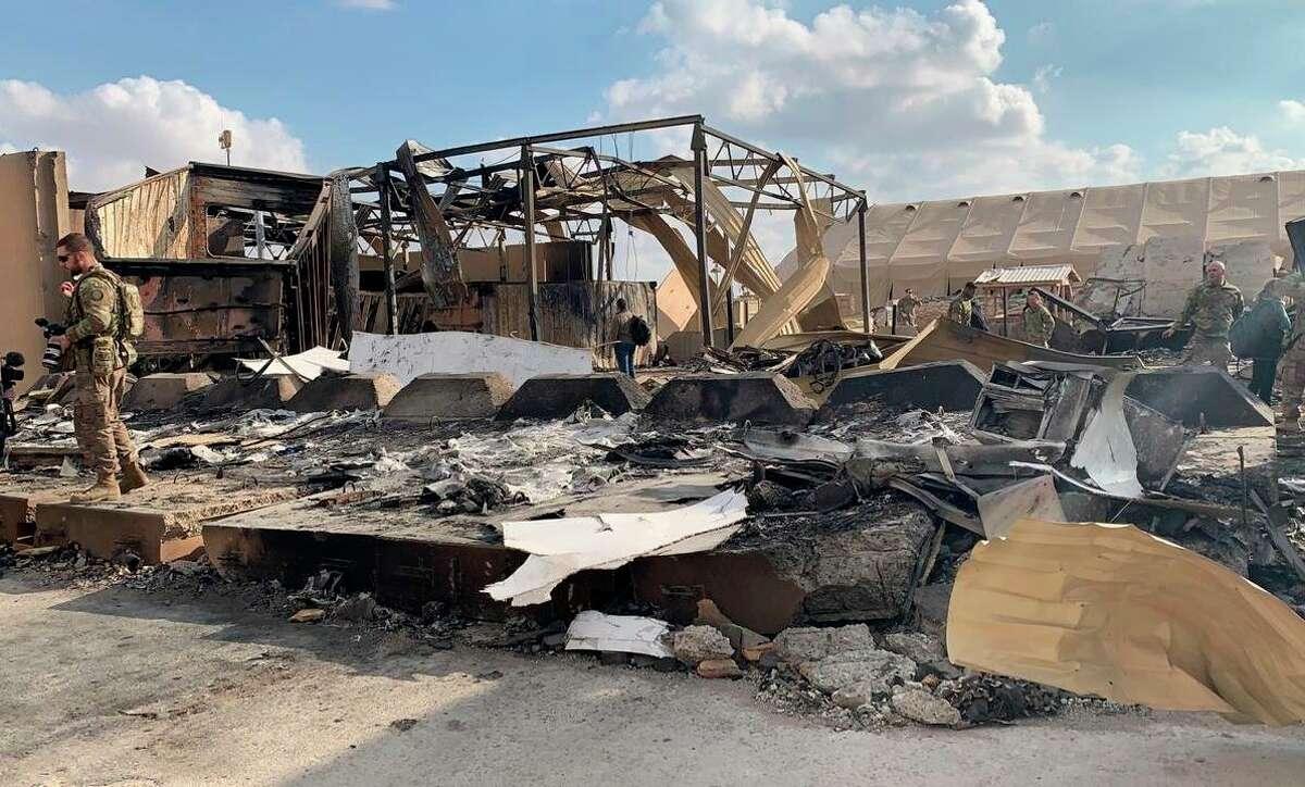 Soldados estadounidenses inspeccionan el lugar que fue bombardeado por Irán la semana pasada en la base aérea Ain al-Asad en Anbar, Irak, el lunes 13 de enero de 2020.