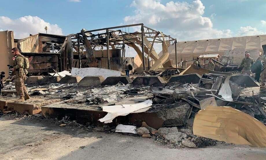 Soldados estadounidenses inspeccionan el lugar que fue bombardeado por Irán la semana pasada en la base aérea Ain al-Asad en Anbar, Irak, el lunes 13 de enero de 2020. Photo: Ali Abdul Hassan /Associated Press / Copyright 2020 The Associated Press. All rights reserved.