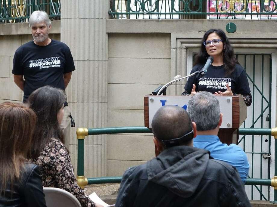 La Directora Ejecutiva de RGISC, Tricia Cortez, habla con el público acerca de la marcha 'I Have a Dream ... No Border Wall', programada para el lunes. Photo: Foto De Cortesía /Ciudad De Laredo