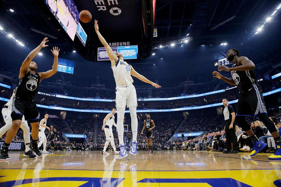 Maxi Kleber (42) tries to intercept a pass from Draymond Green (23) to Omari Spellman (4) in the first half as the Golden State Warriors played the Dallas Mavericks at Chase Center in San Francisco, Calif., on Tuesday, January 14, 2020. Photo: Carlos Avila Gonzalez / The Chronicle