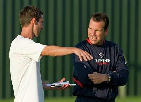 Kyle Shanahan talks with Gary Kubiak in 2009.