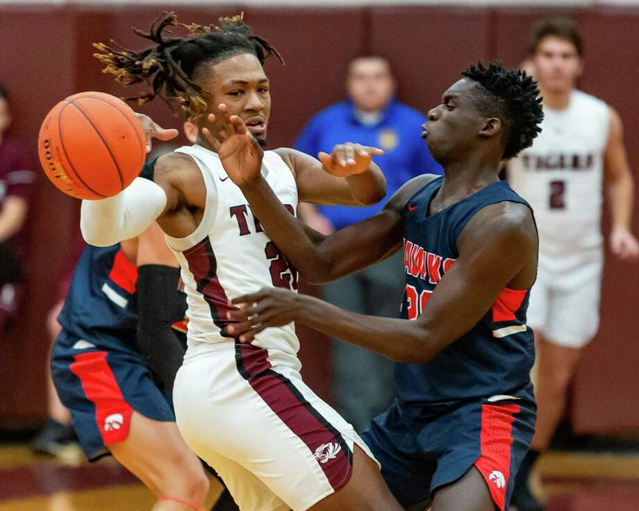 Silsbee's Chris Martin (20) fights for control of the ball with Hardin-Jefferson's RJ Sears (20) in the third quarter of their game on Friday, January 17, 2020. Fran Ruchalski/The Enterprise Photo: Fran Ruchalski/The Enterprise / 2019 The Beaumont Enterprise