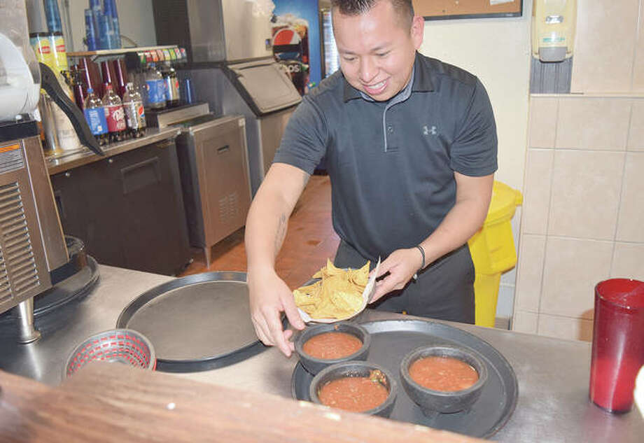 Pedro Marroquin prepares chips and salsa Friday at Los Amigos in Beardstown. Photo: Samantha McDaniel-Ogletree | Journal-Courier