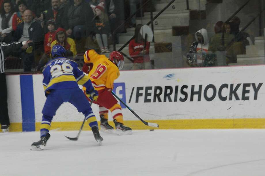 Alaska handed Ferris its eighth straight loss with a 6-3 verdict in college hockey action on Saturday. Photo: John Raffel