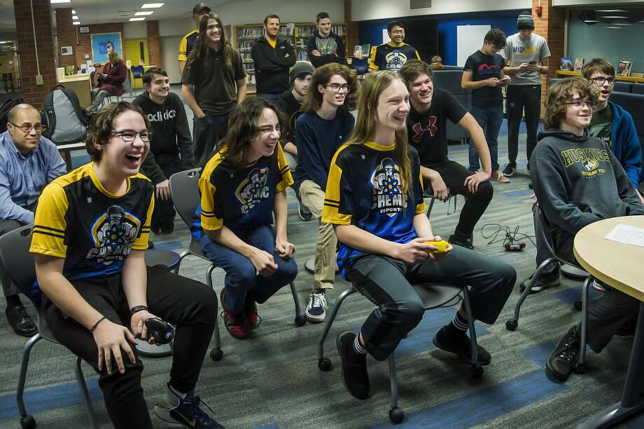 Midland High's Ryan Rinearson, third from left, plays a game of Super Smash Bros. against Dow High's Nathan Seidel, right, as other players, parents and coaches watch during the two schools' esports meet Friday, Jan. 17, 2020 at Midland High. (Katy Kildee/kkildee@mdn.net) Photo: (Katy Kildee/kkildee@mdn.net)
