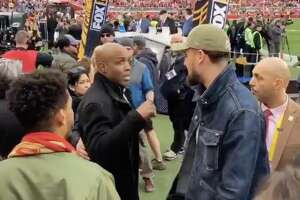 Giants legend Barry Bonds and Warriors guard Klay Thompson chatted briefly on the sidelines of the 49ers during the 2020 NFC Championship.