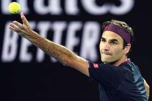 Roger Federer hace un servicio durante su triunfo sobre Steve Johnson en Melbourne, Australia, el lunes 20 de enero de 2020.