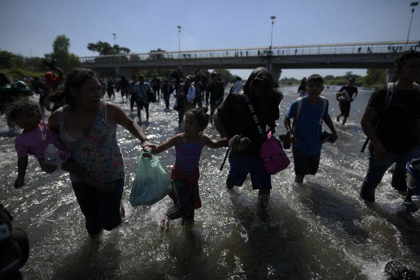 TECUN UMAN - GUATEMALA - JANUARY 20: Hundreds of mostly Honduran migrants, trying to enter Mexico by crossing the Suichate River heading to Mexico side where border police stop them and control them, are seen in Tecun Uman, Guatemala on January 20, 2020. (Photo by Fabricio Alonzo/Anadolu Agency via Getty Images)