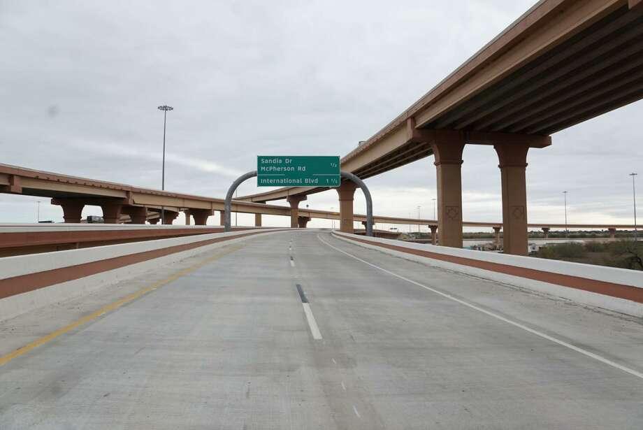 Funcionarios municipales y estatales estuvieron presentes en la inauguración del paso a desnivel que va desde la Carretera 59 al Loop 20, pasando por la Carretera Interestatal 35 y la línea del ferrocarril Union Pacific, el martes 20 de enero de 2020 en Laredo. Photo: Foto De Cortesía /
