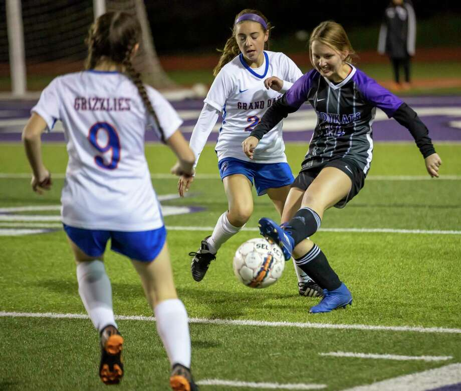 Willis defender Vivienne McConnell-Tatsch (24) passes the ball while under pressure from Grand Oaks defender Lauren Moylan (23) and Grand Oaks forward Rylee Friedrich (9) during a District 20-5A high school soccer match at Berton A. Yates Stadium, Tuesday, Jan. 21, 2020, in Willis. Photo: Gustavo Huerta, Houston Chronicle / Staff Photographer / Houston Chronicle © 2020
