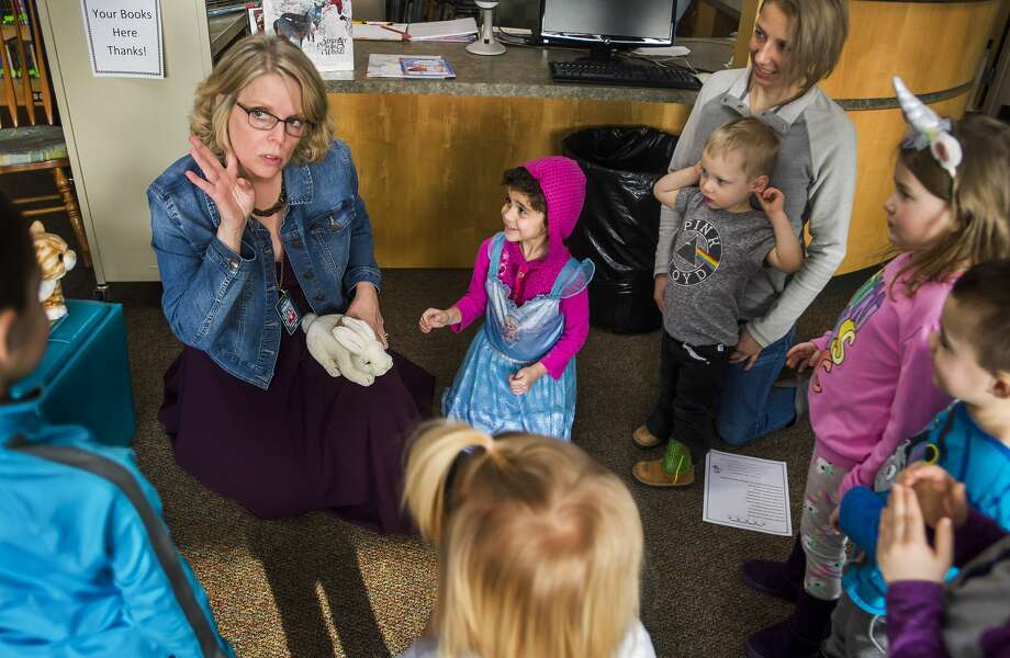 Diana Ball, librarian at St. Brigid Catholic School, recites a rhyme with a group of children during a preschool story hour Wednesday, Jan. 22, 2020 at the school. (Katy Kildee/kkildee@mdn.net) Photo: (Katy Kildee/kkildee@mdn.net)