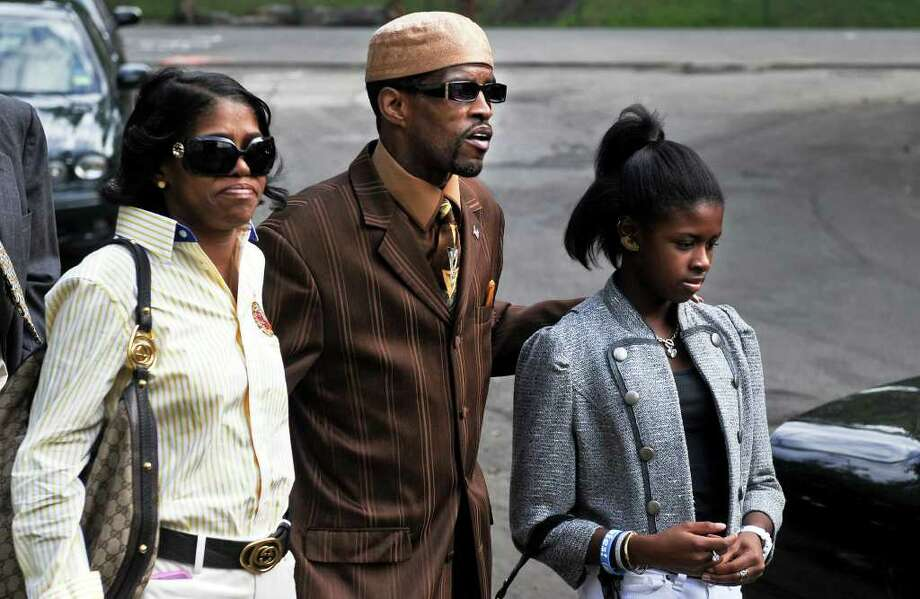 Former State Sen. Ernest E. Newton II  approaches the Chase Center, a halfway house in Waterbury where he finished out his sentence for federal corruption charges, to sign himself out of the facility Friday August 13, 2010.  Newton is flanked by his sister Patricia Newton-Foster and thirteen-year-old daughter Kayla. Photo: Autumn Driscoll / Connecticut Post