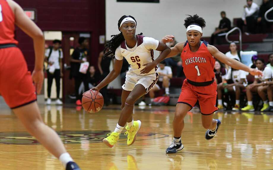 Summer Creek junior guard Adaora Nwokeji, left, works the ball against Atascocita sophomore guard Blake Matthews during the 2nd quarter of their District 22-6A matchup at Summer Creek High School on Friday, Jan. 3, 2020. Photo: Jerry Baker, Houston Chronicle / Contributor / Houston Chronicle