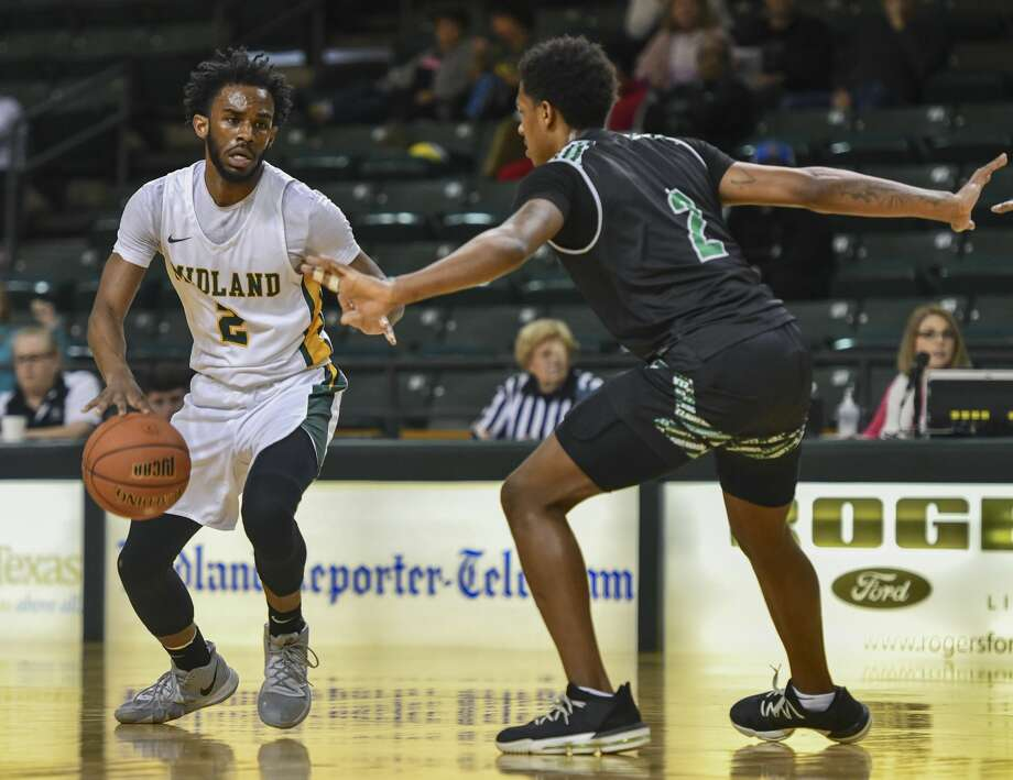 Midland College's Amani Harris looks to pass as Clarendon College's Da'Vantre Vitor guards him Thursday, Jan. 23, 2020 at Chaparral Center. Photo: Jacy Lewis/Reporter-Telegram