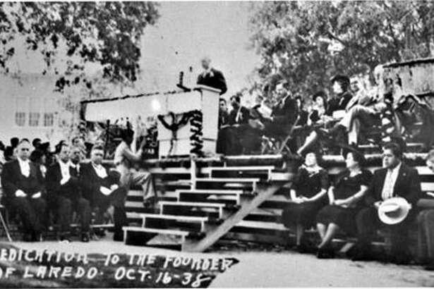 Funcionarios de la Ciudad se reúnen en la Plaza San Agustín el 16 de octubre de 1938 durante la ceremonia de revelación de un monumento en honor del fundador de Laredo, Capitán Tomás Sánchez por la Comisión Centenaria de Texas.