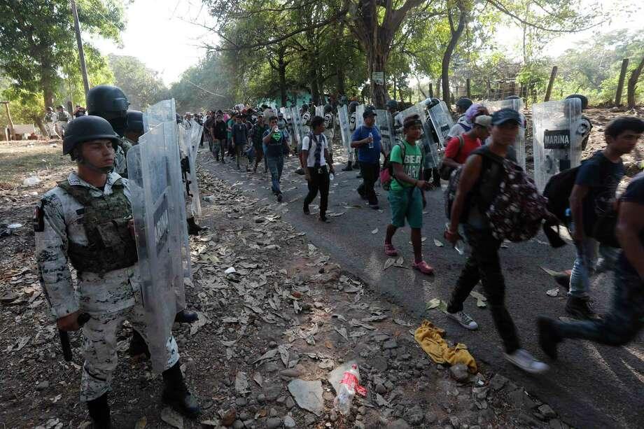 Agentes de la Guardia Nacional de México detienen a migrantes cerca de Tapachula, México, el jueves 23 de enero de 2020. Photo: Marco Ugarte /Associated Press / Copyright 2020 The Associated Press. All rights reserved