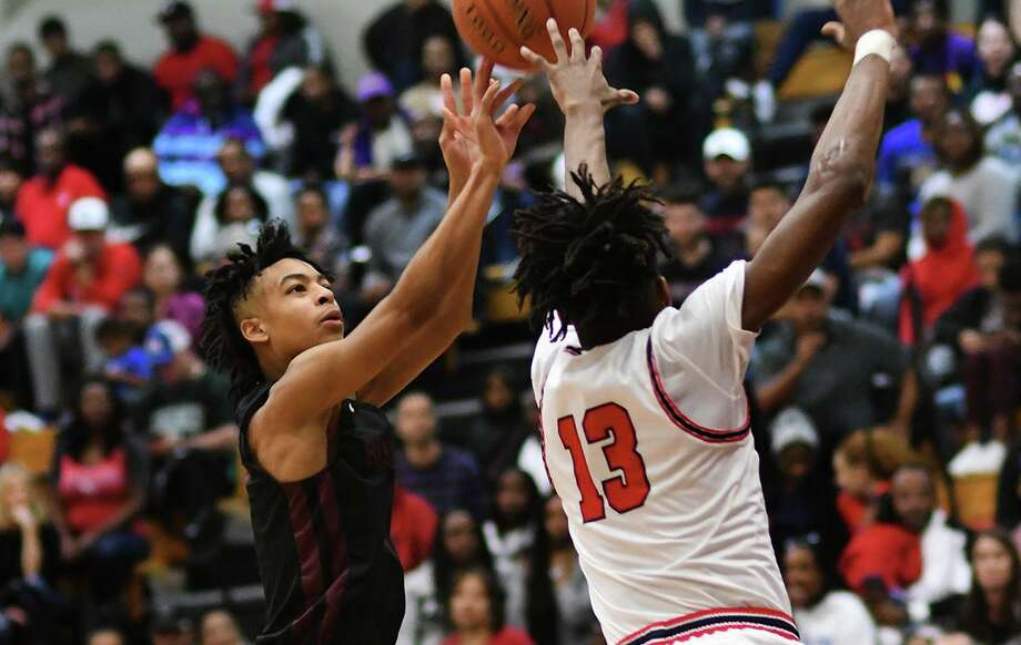 Summer Creek sophomore guard Jaleen Goodman, left, skies for a shot over Atascocita's Justin Collins (13) in the 2nd quarter of their District 22-6A matchup at Atascocita High School on Friday, Jan. 3, 2020. Photo: Jerry Baker, Houston Chronicle / Contributor / Houston Chronicle