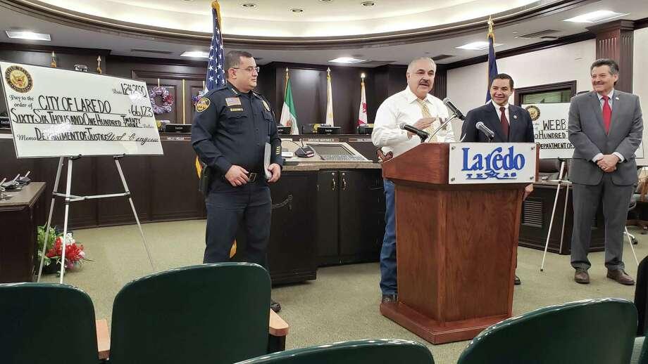 El Alguacil del Condado de Webb, Martín Cuéllar, dirige unas palabras a la audiencia durante el anuncio de la entrega de fondos federales para el Departamento de Policía de Laredo y la Oficina del Condado de Webb. Photo: /