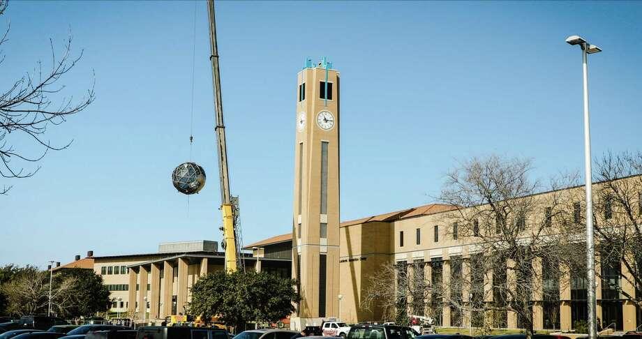 El globo terráqueo en la cima de la Torre Pioneros en el Centro de Innovación Académica fue instalado el viernes. El globo estará iluminado y la torre emitirá una melodía cada hora. Photo: Foto De Cortesía /TAMIU