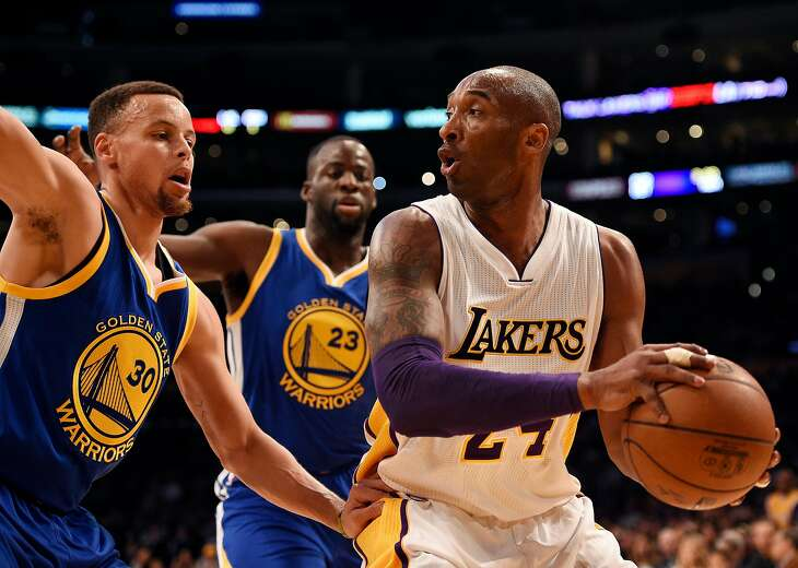 Los Angeles Lakers forward Kobe Bryant, right, handles the ball while under pressure by Golden State Warriors guard Stephen Curry, left, and forward Draymond Green, center, during the first half of an NBA basketball game in Los Angeles, Sunday, March 6, 2016. (AP Photo/Kelvin Kuo)