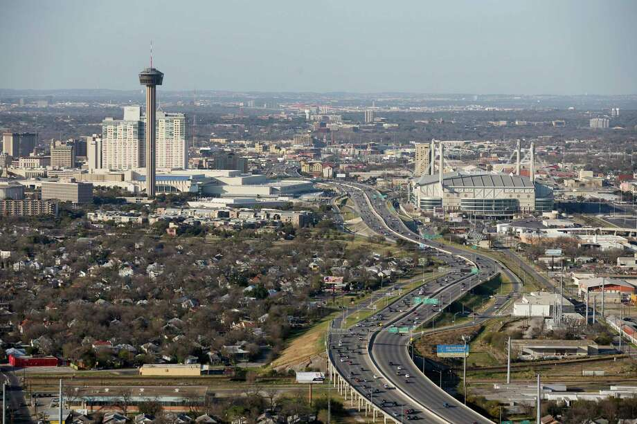 Traffic moves along Interstate 37 between the Tower of the Americas and the Alamodome in 2016. Photo: JERRY LARA /San Antonio Express-News / © 2016 San Antonio Express-News