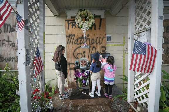 Katelynn, Melody and Emma Becerra pray Tuesday for the couple — Rhogena Nicholas and Dennis Tuttle.