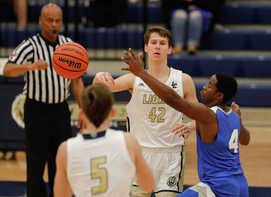 FILE — Lake Creek forward Hudson Boyd (42) makes a pass to point guard Pierce Spencer (5) as New Caney Philip McDaniel (4) defends during the third quarter of a District 20-5A high school basketball game at Lake Creek High School, Tuesday, Dec. 17, 2019, in Montgomery. Photo: Jason Fochtman, Houston Chronicle / Staff Photographer / Houston Chronicle