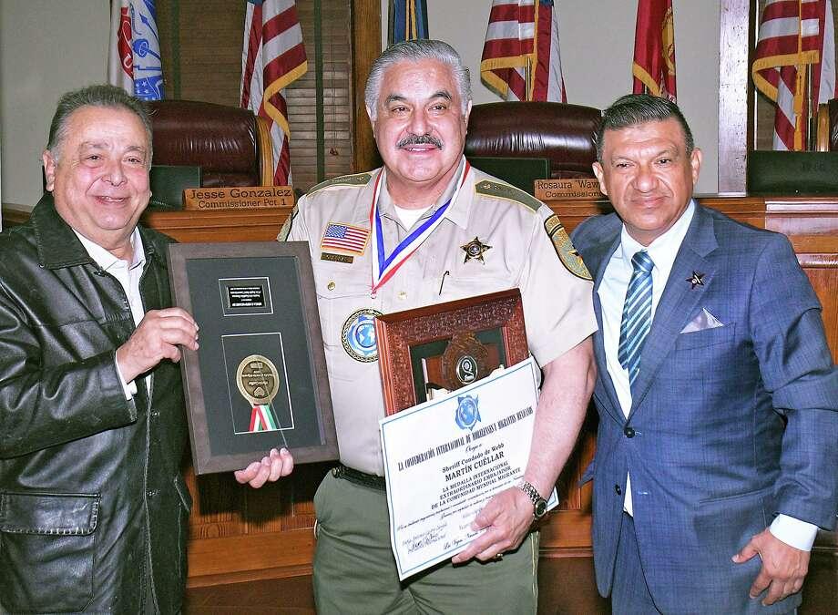 El alguacil del Condado de Webb Martin Cuéllar, centro, recibió tres premios por su servicio en una ceremonia en la sala de Comisionados del Condado de Webb, el martes 28 de enero de 2020. Photo: Cuate Santos /Laredo Morning Times / Laredo Morning Times