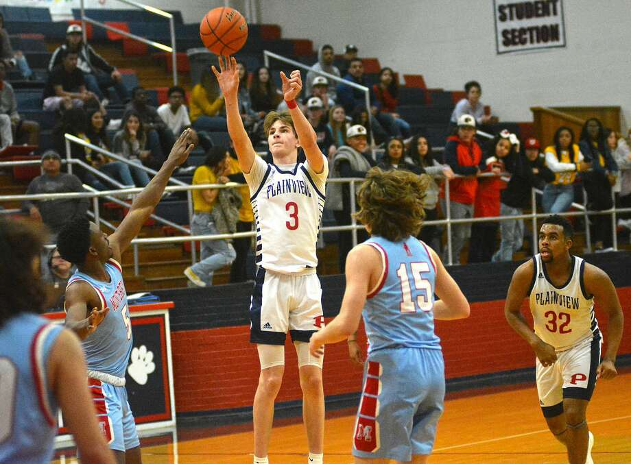 Plainview's Caleb Lusk hits the 3-pointer between Lubbock Monterey defenders Dewayne Johnson (5) and Aiden Castillo in the closing seconds of their District 3-5A boys basketball game on Tuesday, Jan. 28, 2020 in the Dog House. Looking on is Plainview's Zabrin Duncan. Photo: Nathan Giese/Planview Herald