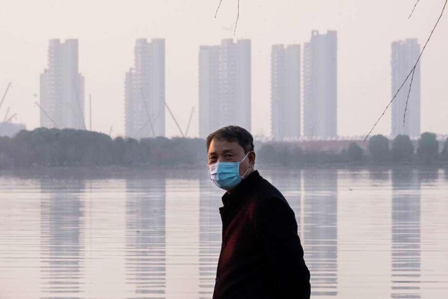 Un hombre porta una mascarilla en la ciudad de Wuhan, en la provincia de Hubei, en el centro de China, el jueves 30 de enero de 2020. Photo: Arek Rataj /Associated Press / Arek Rataj