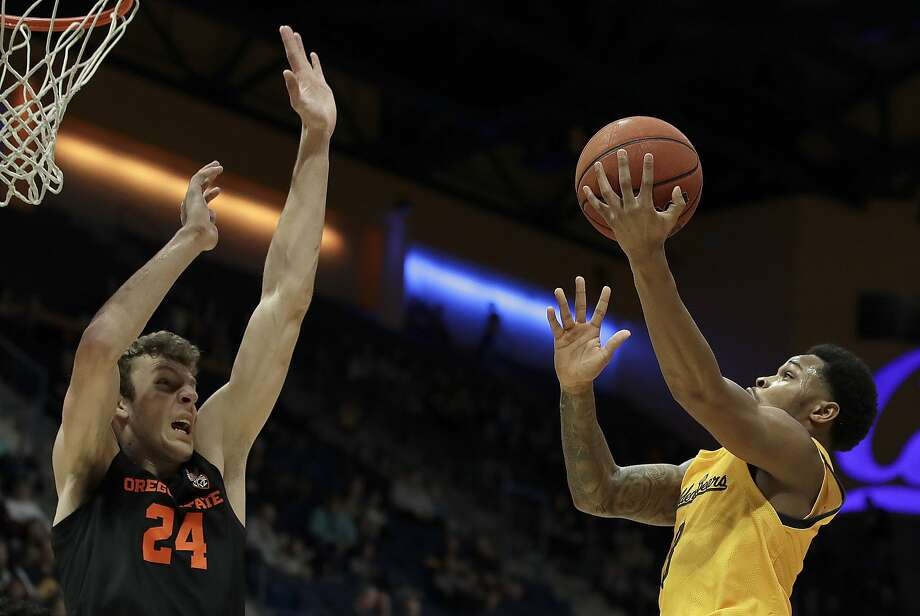 California's Paris Austin, right, shoots against Oregon State's Kylor Kelley. Photo: Ben Margot / Associated Press