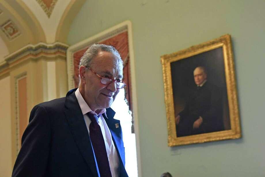 El líder de la minoría demócrata en el senado de Estados Unidos, Chuck Schumer, camina en el Capitolio, Washington, el lunes, 3 de febrero del 2020. Photo: Susan Walsh /Associated Press / Copyright 2020 The Associated Press. All rights reserved.