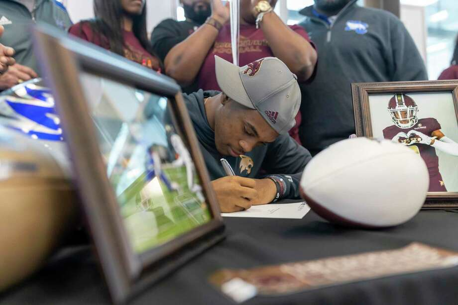 Zion Childress, from New Caney high school, signs with Texas State for football during National Signing Day at Randall Reed Stadium in New Caney, Wednesday, Feb. 5, 2020. Photo: Gustavo Huerta, Houston Chronicle / Staff Photographer / Houston Chronicle