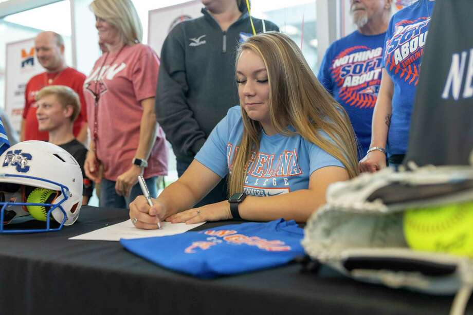 New Caney softball pitcher Bailee Weaver signed with Angelina College earlier this year. Photo: Gustavo Huerta, Houston Chronicle / Staff Photographer / Houston Chronicle